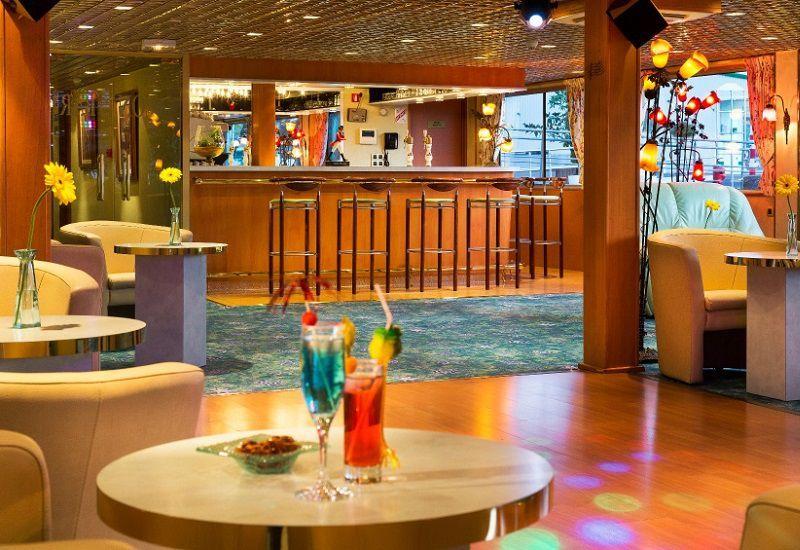 Bar avec piste de danse à bord du Ms Beethoven