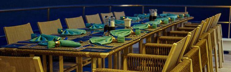 Restaurant extérieure à bord du catamaran l'Alya