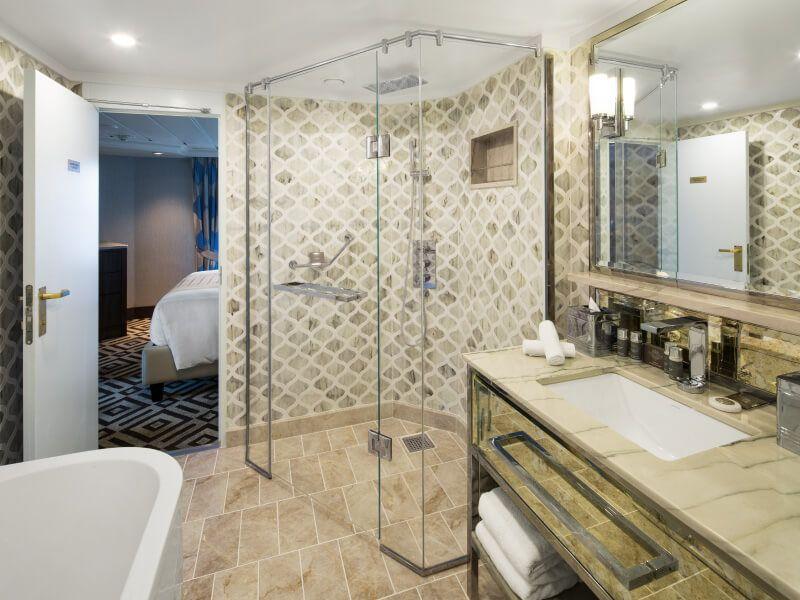 Salle de bain de la Club Suite Ocean du bateau de croisière Azamara Journey