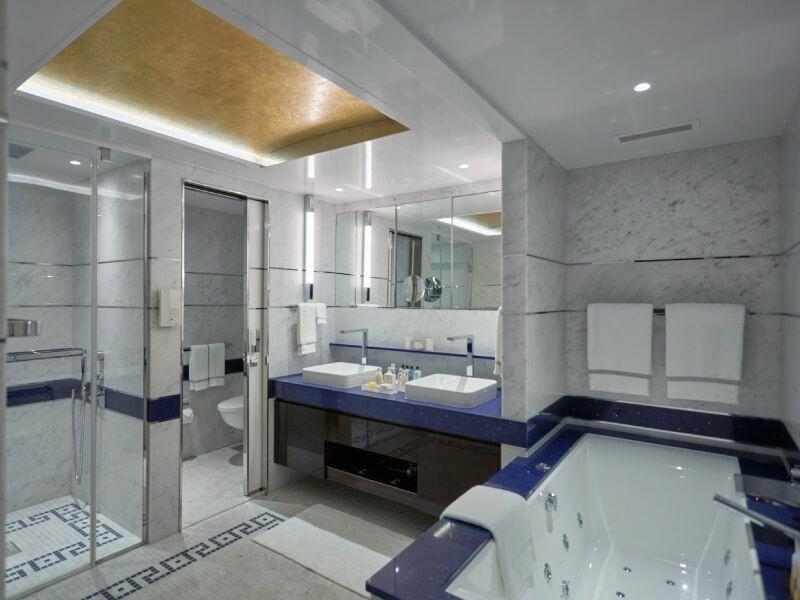 Salle de bain d'un suite du bateau de croisière Seven Seas Explorer