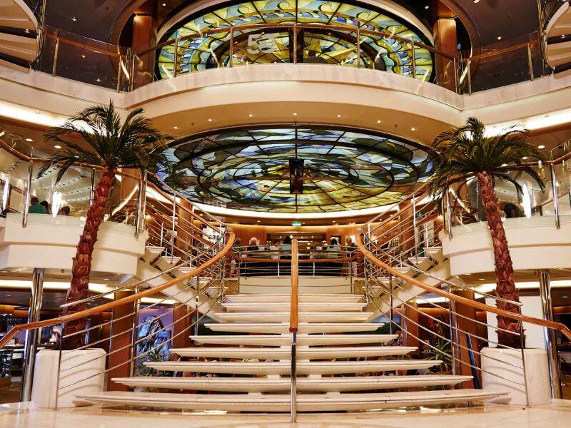 Grand Atrium du bateau de croisière Sapphire Princess