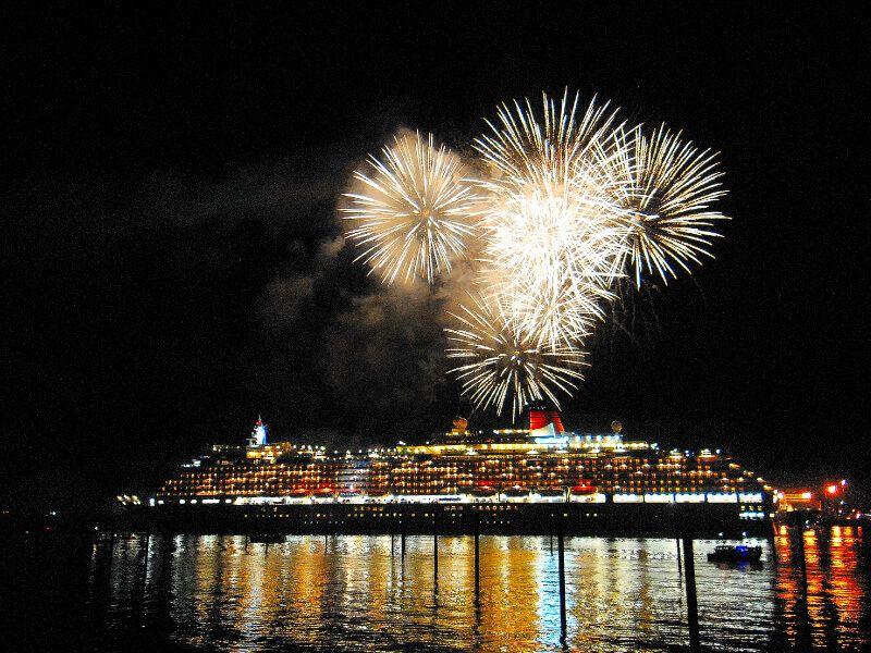 Feux d'artifice du bateau de croisière Queen Victoria