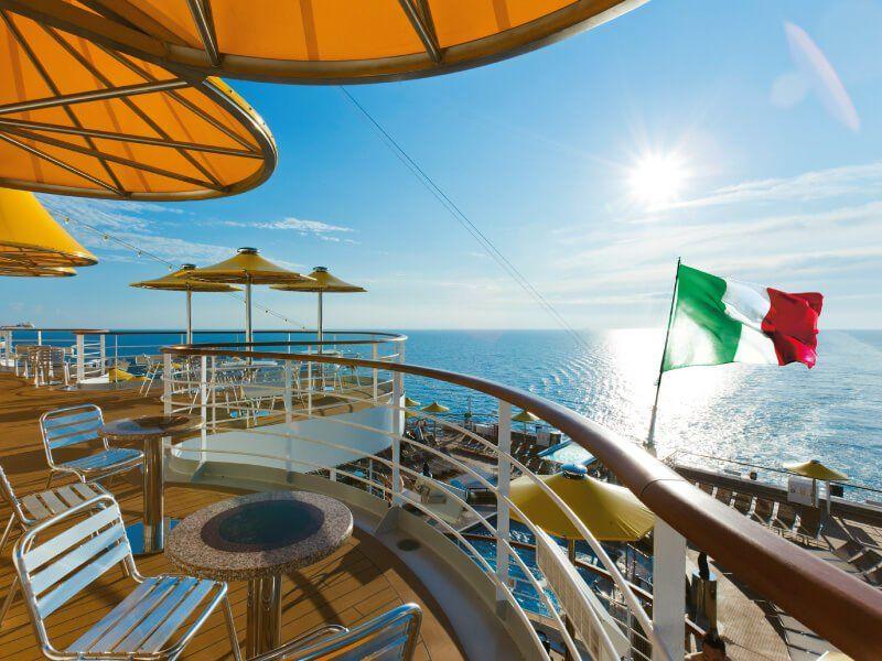 Bar extérieur du bateau de croisière Costa Fascinosa