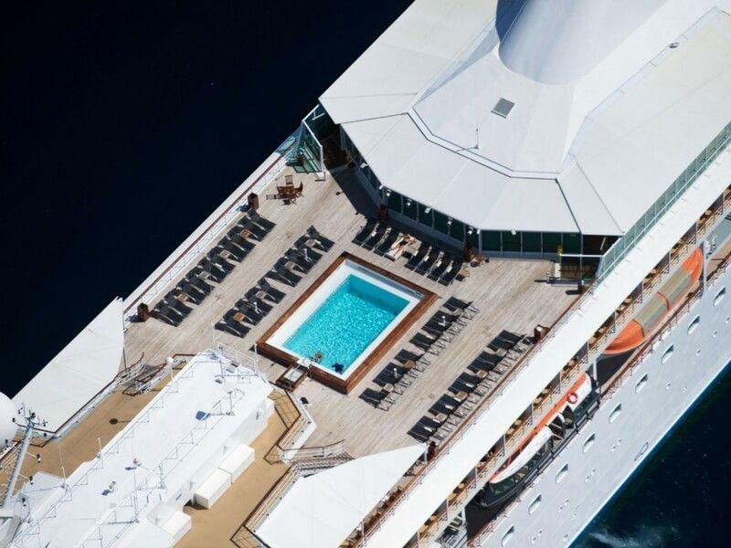 Vue aérienne de la piscine du bateau de croisière Paul Gauguin