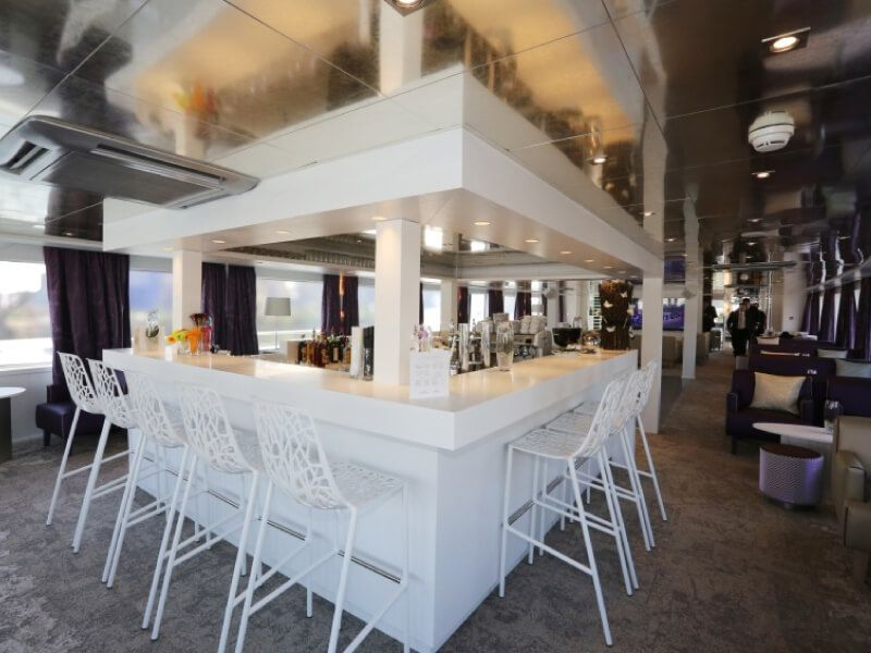 Salon bar du bateau MS Lafayette
