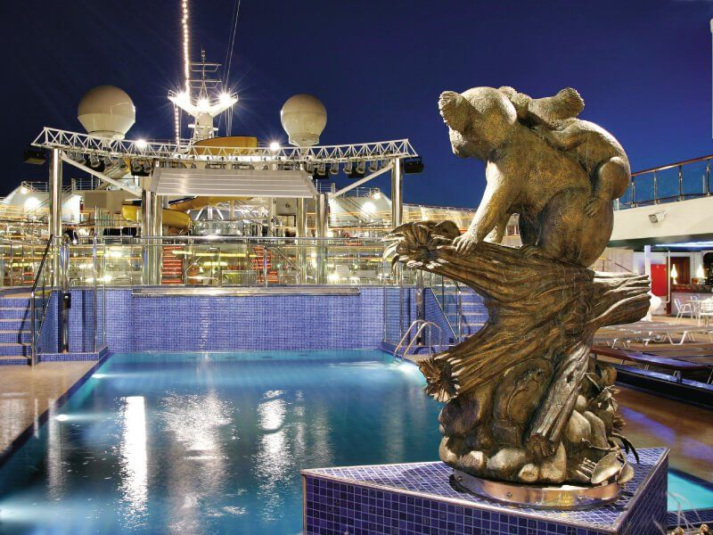 Piscine extérieure du bateau de croisière Costa Fortuna