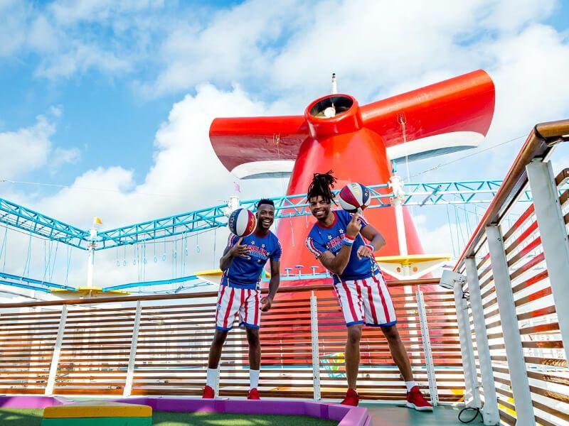 Harlem Globertrotters du bateau de croisière Carnival Horizon