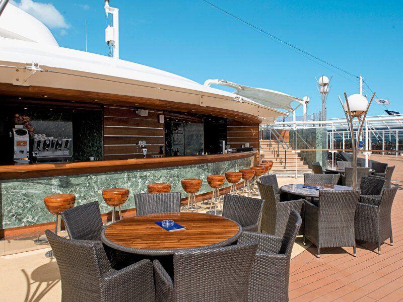 Bar extérieur du bateau de croisière MSC Fantasia