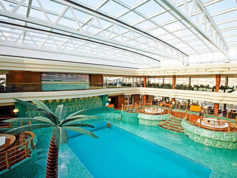 Deuxième piscine intérieure du bateau de croisière MSC Fantasia