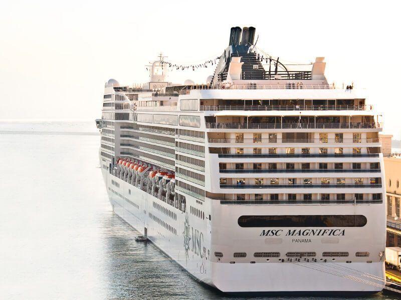Vue arrière bateau de croisière MSC Magnifica