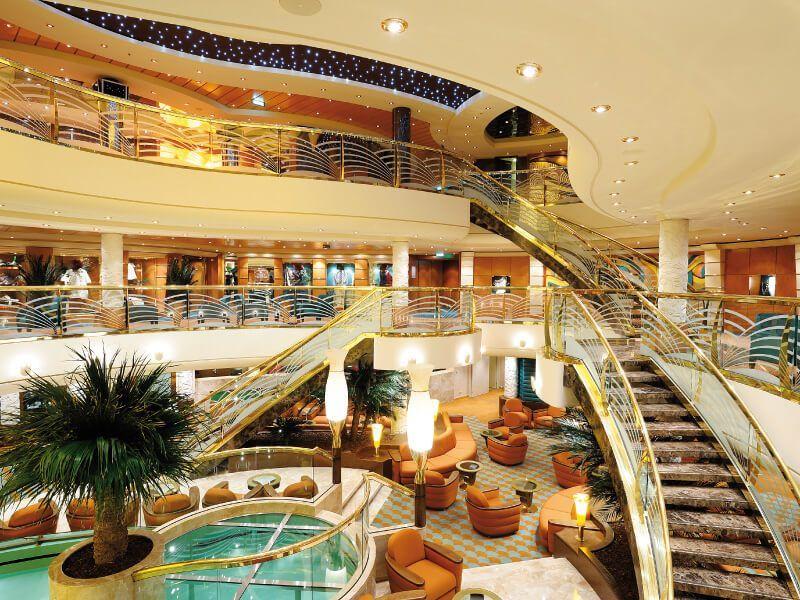 Atrium du bateau de croisière MSC Poesia