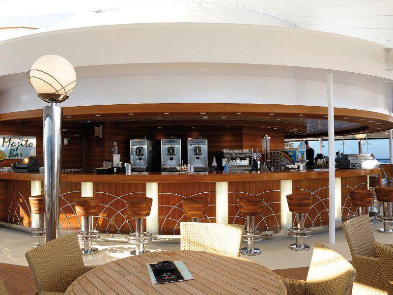 Bar de la Piscine du bateau de croisière MSC Poesia