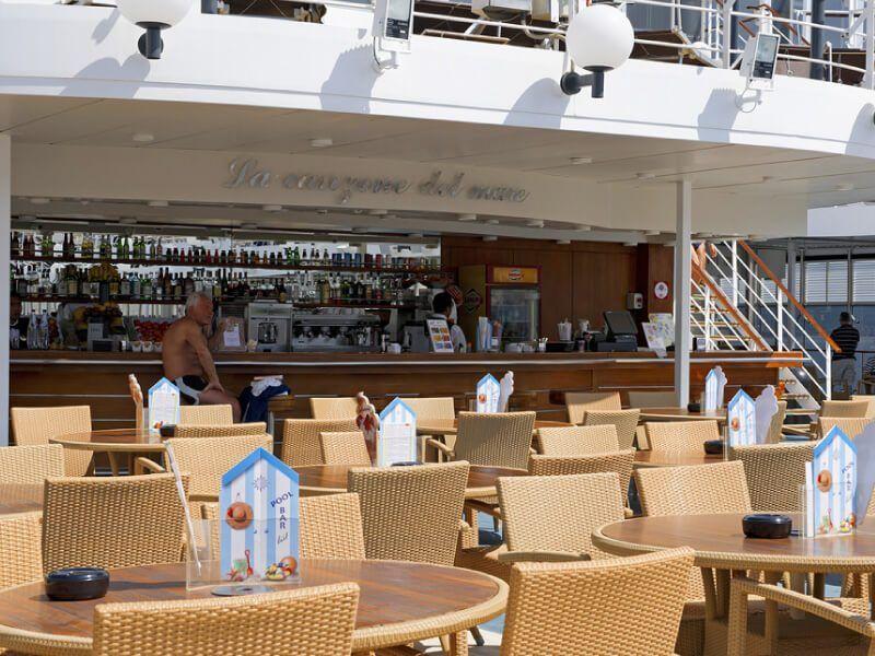 Bar piscine du bateau de croisière Costa Lirica