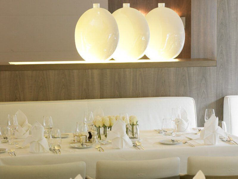 Table dressée au restaurant de luxe du bateau de croisière Le Boréal