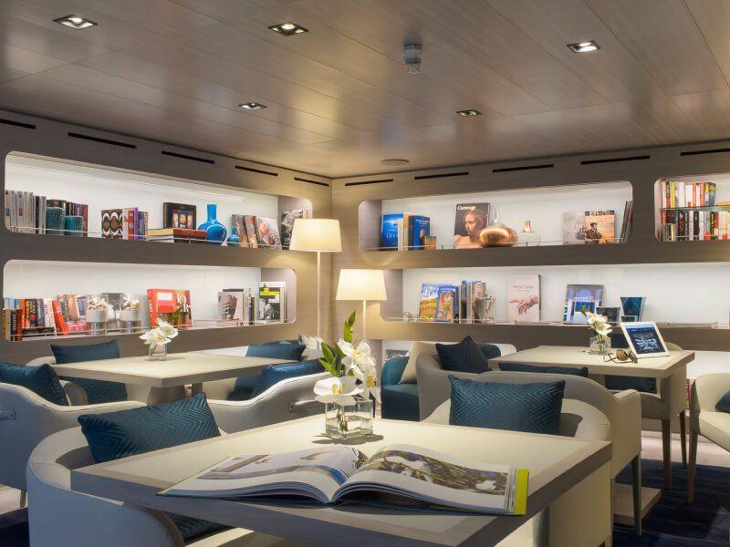 Librairie à bord du bateau de luxe Le Lyrial