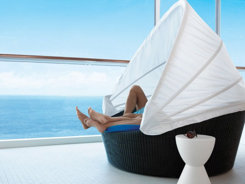 Profitez d'un moment de détente sur le Cocon Fauteuil du bateau de croisière Celebrity Equinox